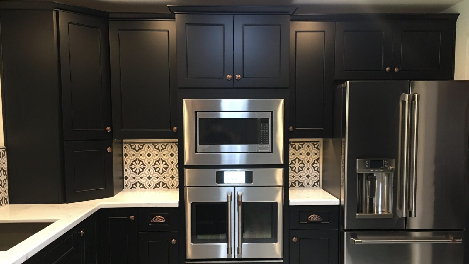 Black kitchen panels with silver kitchen electronics